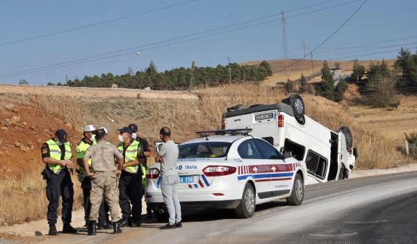 Takla atan minibüsteki 3 kişi, kazadan yara almadan kurtuldu